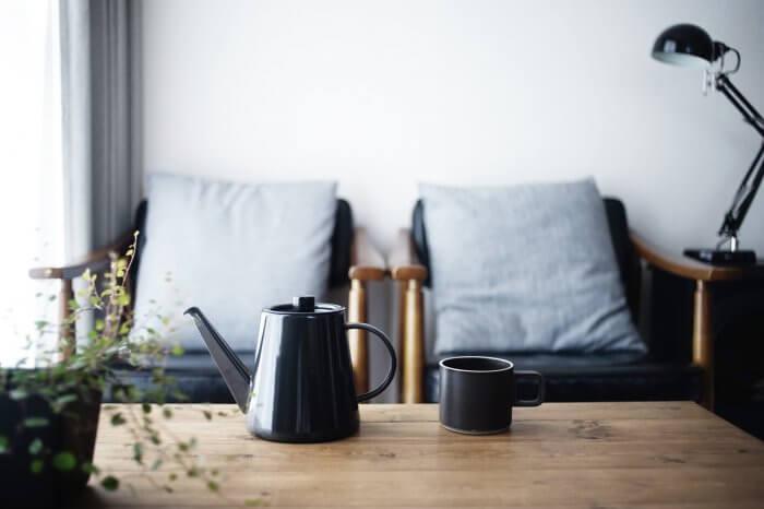 テーブルに置かれたポットとカップ