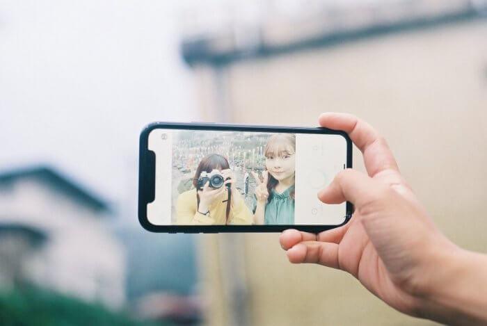 友人と自撮りする女性