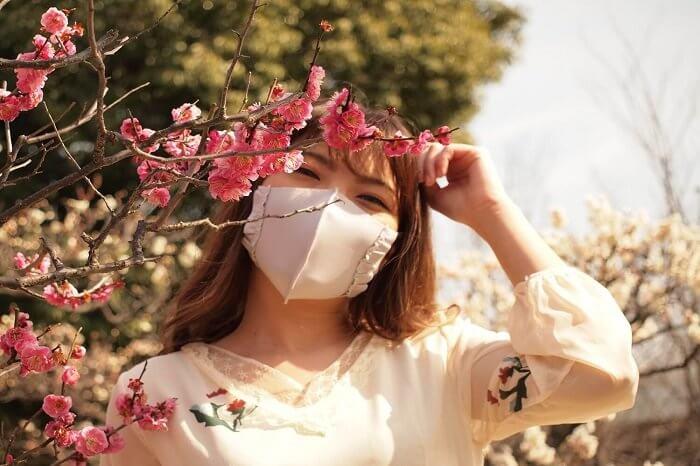 マスクの女性と梅の花