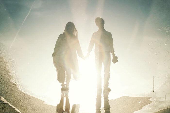 光彩の中で手を握る二人