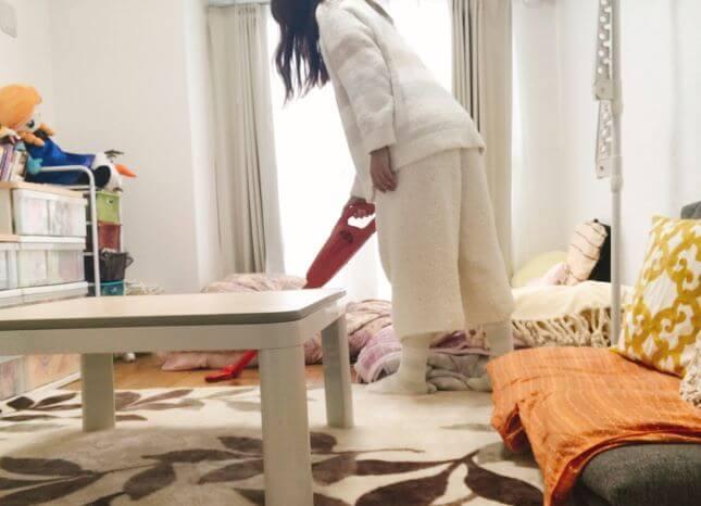 1人部屋を掃除する女性