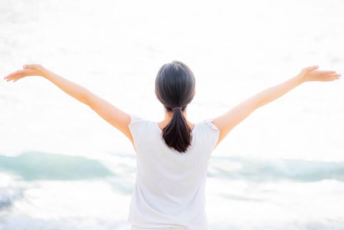 手を広げてハッピーに手を広げる女性