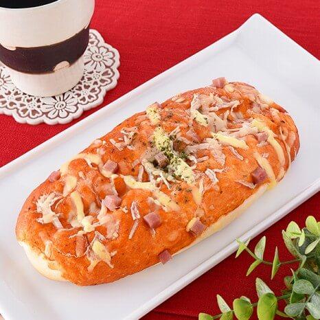 完熟トマトのピリ辛ピザパン 128円(ファミリーマート通常価格・税抜)